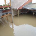 Der Innenhof der Pension unter Wasser