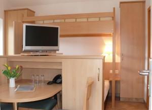 doppelzimmer mit hochbett und elbeblick / pension fährhaus hesse in dresden-laubegast, direkt am ufer der elbe