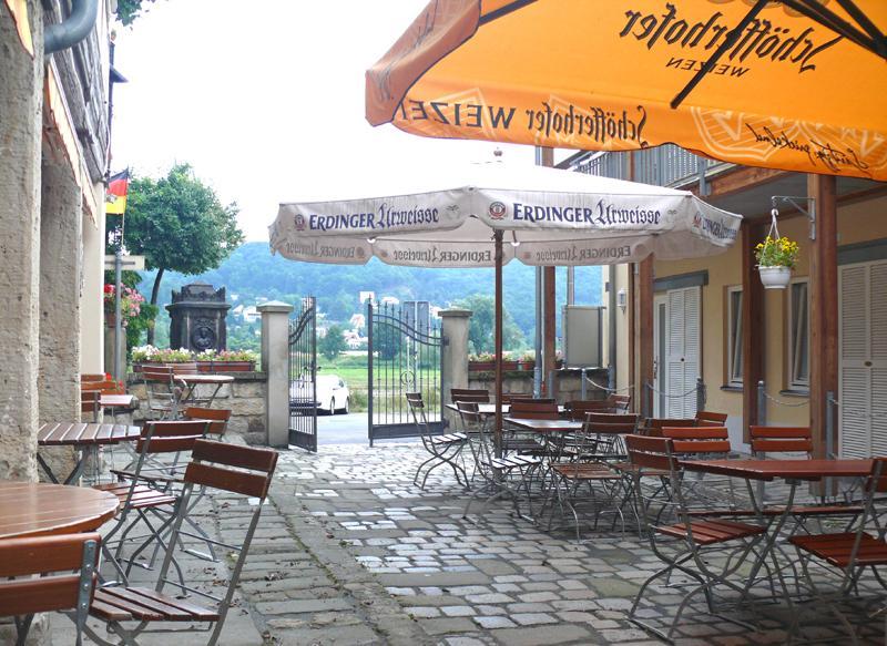 Biergarten vom Fährhaus Hesse in Dresden Laubegast, direkt am Ufer der Elbe